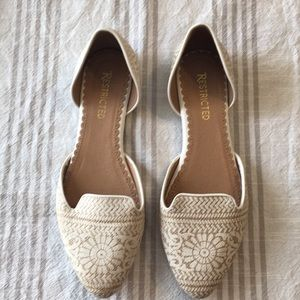 White lace print open side flats